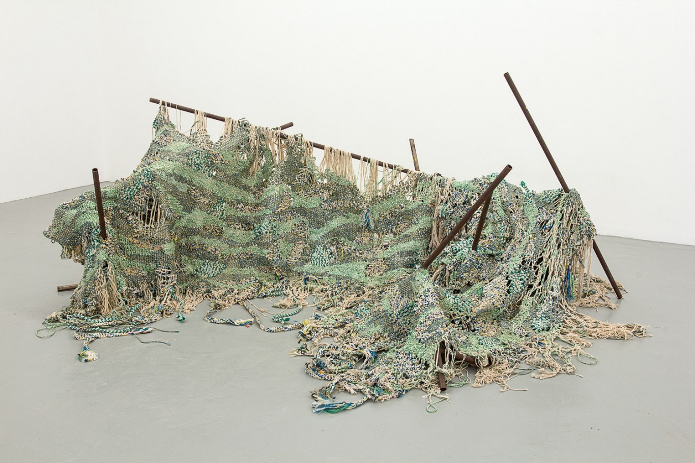 Igshaan Adams (in collaboration with Kyle Morland) Stoflike oorskot, 2016. Woven nylon rope, string and mild steel; approx. 300 x 120 x 240 cm